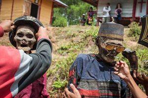 'Choáng' với bộ tộc lôi hết xác chết ra khỏi mộ, cho ăn mặc đẹp rồi diễu hành khắp làng