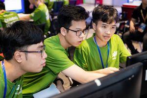 Ba sinh viên năm thứ nhất chiến thắng trong cuộc thi lập trình lớn bậc nhất Việt Nam