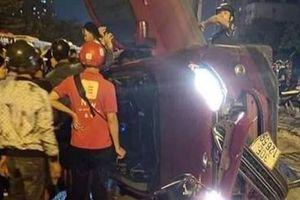 Ôtô Ford Ecosport bung bét sau cú tông vào dải phân cách trên đường Giải Phóng