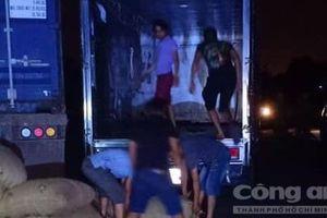 Nhóm tài xế ở Sài Gòn câu kết 'rút ruột' container, đưa hối lộ khi bị bắt quả tang