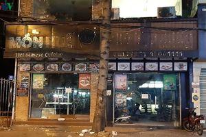 Nhiều người di dời tài sản của nhà hàng Món Huế tại TPHCM trong đêm
