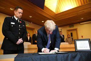 Thủ tướng Anh tới hiện trường vụ 39 người chết, viết lời chia buồn