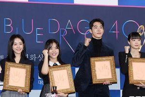 Han Ji Min tái hợp Nam Joo Hyuk, tương tác đáng yêu với Kim Hyang Gi dù cách biệt 18 tuổi