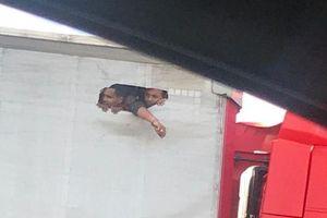 Người nhập cư vào Anh tuyệt vọng giành nhau lỗ nhỏ trên thùng xe tải