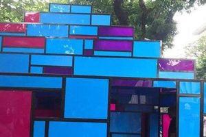 Tưởng ngôi nhà mô hình đang triển lãm ở Hồ Gươm là toilet, nhiều người hồn nhiên vô 'xả bậy'