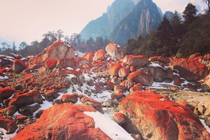 Thung lũng đá nhuốm màu đỏ tươi dưới sông băng Trung Quốc