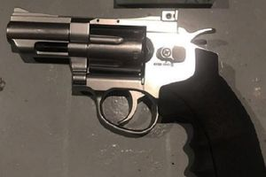 Mang súng giải quyết mâu thuẫn, người đàn ông bị đâm tử vong