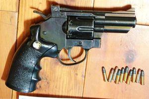 Cầm dao đâm chết đối thủ có súng