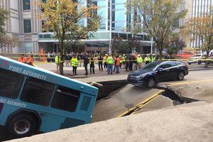 Mặt đường bất ngờ sụp xuống tạo hố tử thần, nuốt cả xe buýt