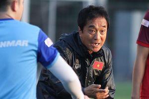 Trợ lý Lee thay HLV Park hướng dẫn động tác cho cầu thủ