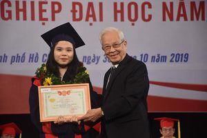 HUFLIT: Trao bằng tốt nghiệp cho 1601 tân cử nhân