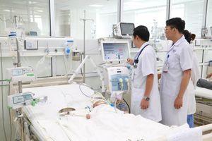 Hạ sốt bằng thuốc nam, bé 3 tháng tuổi suýt mất mạng