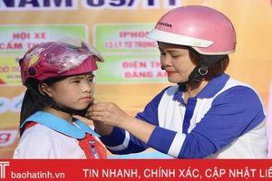 Trao tặng 273 mũ bảo hiểm cho học sinh Trường Tiểu học Cẩm Thành