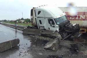 Xe đầu kéo mất lái tông vỡ dải phân cách