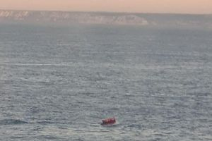 Từ chối giúp đỡ của lực lượng bảo vệ bờ biển Pháp, nhóm người di cư quyết đến Anh