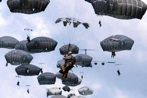 Lính Mỹ liên tục luyện tập nhảy dù, chính quyền Okinawa tức giận