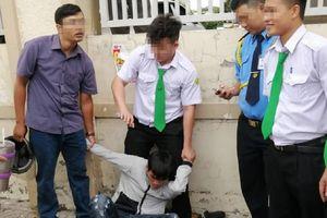 Kẻ cướp giật xịt hơi cay vào người truy bắt