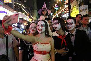 'Ma quỷ' tràn ngập phố đi bộ Bùi Viện đêm Halloween