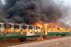 Cháy tàu hỏa ở Pakistan vì nổ bình ga, 70 người chết