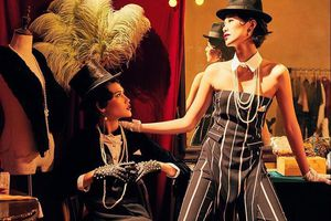 Siêu mẫu Mai Giang mặc áo dài dáng lạ, phối cùng phụ kiện cổ