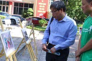 Sinh viên báo chí truyền tải thông điệp bảo vệ môi trường qua triển lãm ảnh 'Lời của rác'