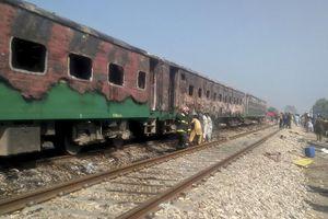 Tàu hỏa cháy dữ dội vì lý do bất ngờ, ít nhất 65 người ở Pakistan chết
