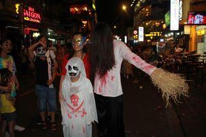 Muôn kiểu hóa trang 'hết hồn' đổ về phố Bùi Viện chơi hội Halloween