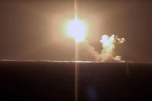 Xem tàu ngầm mới nhất của Nga lần đầu phóng tên lửa từ lòng biển