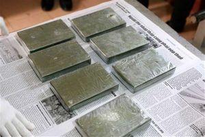 Bắt đối tượng vận chuyển trái phép 4 bánh heroin, 2kg ma túy đá