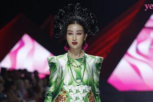 Hoa hậu Đỗ Mỹ Linh kẻ mắt đỏ, đội mấn tuồng cổ lên sàn catwalk