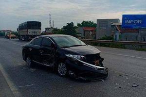 Hà Nội: Hai ô tô tông nhau ở đường trên cao, tài xế may mắn thoát chết