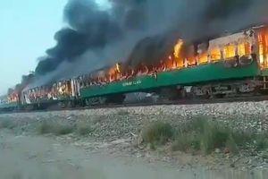 Đoàn tàu hỏa cháy ngùn ngụt ở Pakistan khiến 110 người thương vong