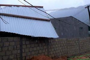 Giông lốc làm tốc mái nhiều nhà dân ở huyện miền núi A Lưới