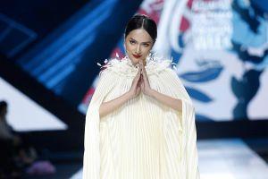 Hương Giang hất váy, chắp tay cầu nguyện trên sàn diễn