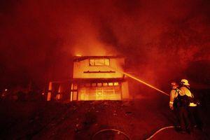 Ôtô bị trộm phát hỏa trên đường chạy trốn, gây cháy lớn ở California