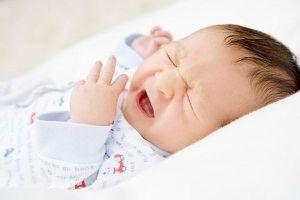 Vì sao trẻ con hắt hơi, người lớn hay nói 'cơm muối'?