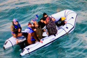 Những người di cư bất chấp tính mạng vượt biển từ Pháp sang Anh
