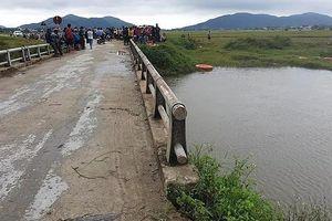 Nam thanh niên lao xe máy vào thành cầu, rơi xuống sông mất tích
