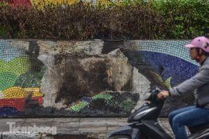 Con đường gốm sứ ven sông Hồng rạn nứt, bong tróc nham nhở
