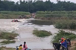 Kinh hoàng 5 người bị lật đò trên sông Trà Khúc