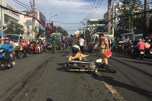 Ngã văng ra đường, một cán bộ VKSND quận 9 bị xe máy tông tử vong