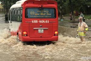 CSGT Đà Nẵng đội mưa, lội nước làm 'cọc tiêu sống' dẫn giao thông