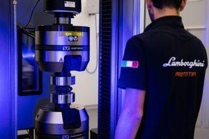 Lamborghini thử nghiệm vật liệu composite mới bên ngoài không gian