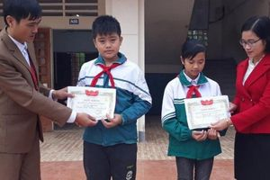 VIỆC TỬ TẾ - Hai học sinh nhặt được ví có 15 triệu đồng, không tham lam trả lại người bị mất