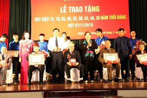 Thường trực Thành ủy trao Huy hiệu Đảng cho các đảng viên lão thành quận Hai Bà Trưng
