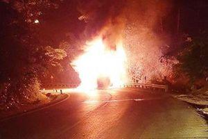 Xe khách giường nằm bốc cháy dữ dội, 20 hành khách phá cửa, đập vỡ kính thoát thân