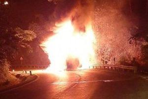 Xe chở 20 hành khách bỗng nhiên bốc cháy dữ dội trong đêm