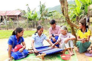 Phụ nữ vùng khó thoát nghèo