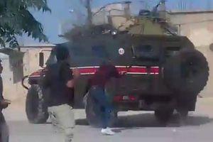 Người Kurd ở Syria bất ngờ 'ném gạch đá' vào đoàn xe của quân đội Nga