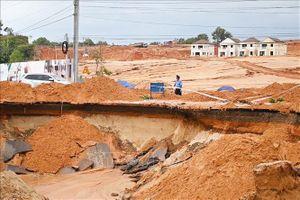 Sạt lở nghiêm trọng tuyến đường ven biển ở Bình Thuận